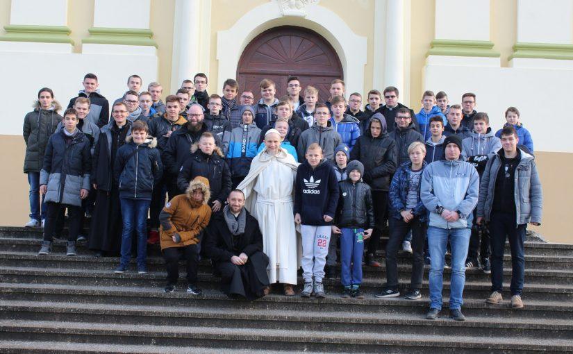 Młodzież u mnichów